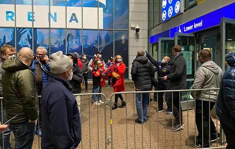 Katsojia evakuoitiin hetkeksi ulos. Peli ei kuitenkaan keskeytynyt, sillä onnettomuus tapahtui erätauon aikana.