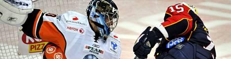 Jokereiden Janne Hauhtonen (oik.) tuikkaa kiekon HPK:n Teemu Lassilan maaliin jääkiekon SM-liigan ottelussa.