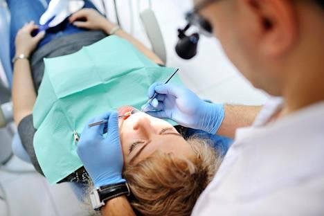 Parodontiitti ja karies voivat hoitamattomina johtaa hampaan poistoon.