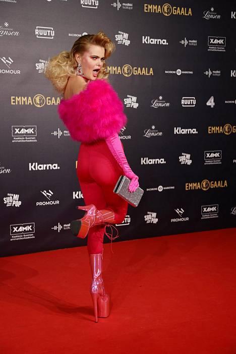 Erika Vikmanin asu oli yksi Emma-gaalan näyttävimmistä. Tangokuningatar oli pukeutunut ihonmyötäiseen haalariin ja korkeisiin korkoihin.