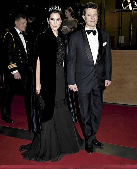 Tanskan kruununprinssi Frederik ja kruununprinsessa Mary juhlivat kuningatarta gaalassa.