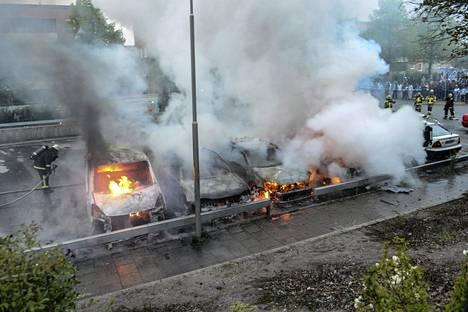 Palokunta sammutti palavia autoja Rinkebyn lähiössä Tukholmassa toukokuussa 2013.