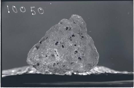 Näyte 10050 Apollo 11 -kuulennolta tuoduista kuukivistä.