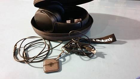 Kovapintaisessa kuljetuskotelossa tulee kuulokkeiden lisäksi ääni- ja latauskaapelit sekä etuolalla oleva etsintäsiru kuulokkeiden paikantamiseksi.