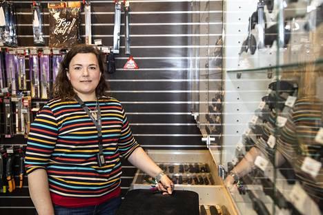 Julia Makkonen ei myy alaikäisille, ellei vanhempi ole mukana.