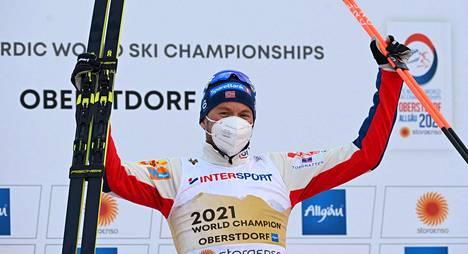 Emil Iversen juhli voittoa dramaattisen kilpailun jälkeen.