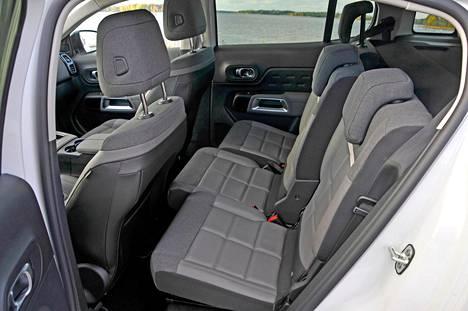 Takana on kolme erillistä, yhtä leveää ja muunneltavaa istuinta.