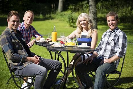 Erick, Jesse, ohjelman juontaja Anne Kukkohovi ja Tom.