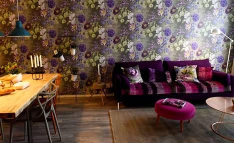 Vantaan Kivistön asuntomessuilla (2015) Ellen Jokikunnaksen sisustamassa asunnossa Rinne rakastui erityisesti tähän näyttävään kukkatapettiin ja samettiseen sohvaan.