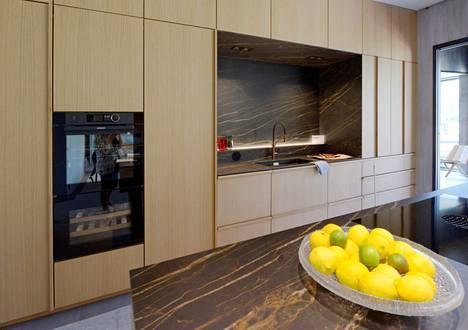 Avonainen keittiö yhdistää seurustelun ja ruuanlaiton. Saarekkeessa korostuvat keittiön materiaalivalinnat, kuten tässä kohteessa numero 10.