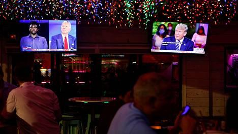 Floridan Tampassa sijaitsevan baarin asiakkailla oli mahdollisuus seurata Trumpin ja Bidenin keskustelutilaisuuksia yhtä aikaa.