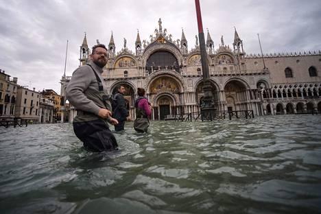 Pormestari määräsi Pyhän Markuksen vettä tulvivan torin suljettavaksi.