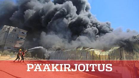 Palomiehet sammuttivat ilmaiskusta syttynyttä tulipaloa Gazassa.