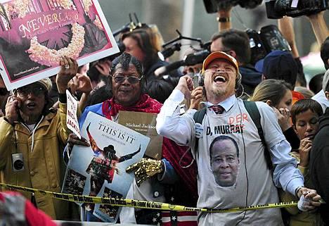 Michael Jacksonin fanit osoittivat mieltään oikeustalon ulkopuolella, kun lääkäri Conrad Murrayn tuomio julkistettiin Los Angelesissa 7. marraskuuta.