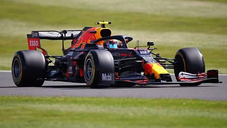Alexander Albon Silverstonen radalla perjantaina.