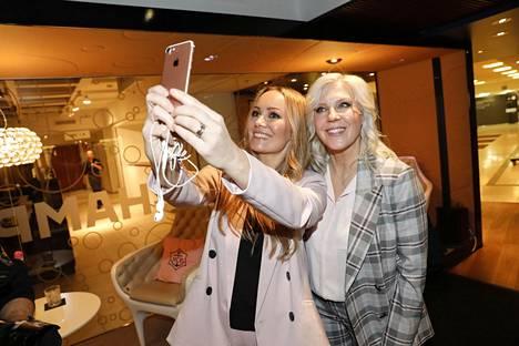 Sekä Marja että Vappu ovat aktiivisia sosiaalisen median käyttäjiä. Naiset nappasivat selfien kesken kuvausten.