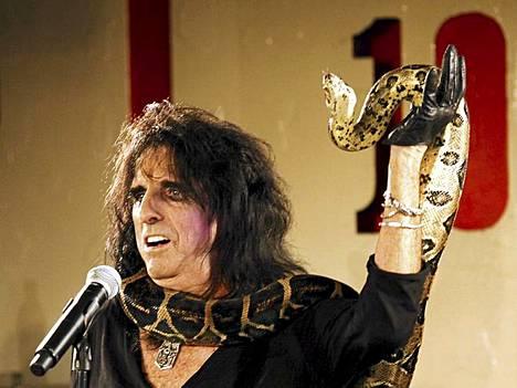 Alice Cooper lämmittelee Iron Maidenia Olympiastadionilla.
