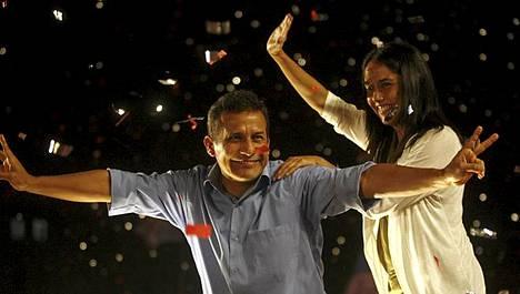 Ollanta Humala tuuletteli vaimonsa Nadine Heredian kanssa.