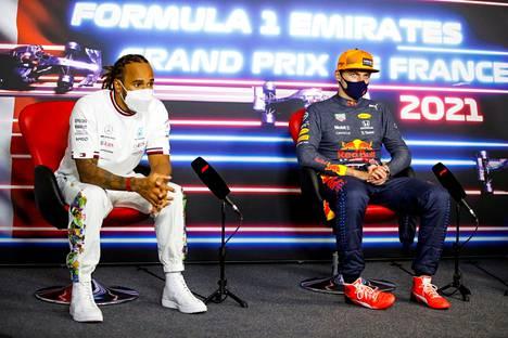 Lewis Hamilton (vas.) ja Max Verstappen ansaitsevat kymmeniä miljoonia yhdestä kaudesta.