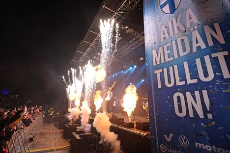 Juha Tapion esityksen aikana nähtiin näyttävä pyroshow.