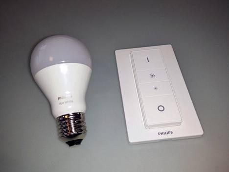 Huen valkoinen himmenninpaketti sisältää yhden valkoisen Hue-lampun ja kaukosäätimen tämän himmentämiseen.