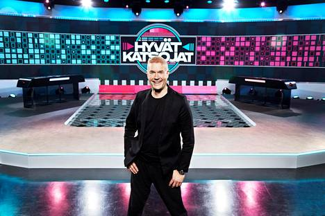 –Tämä ohjelma on kunnianosoitus televisiolle. Sille työlle, jota televisiossa on tehty tiedonvälityksen ja viihdyttämisen muodossa. Olisi surku suomalaiselle tv-osaamiselle, jos ohjelma teilattaisiin täysin, Bjurström kommentoi IS:lle.