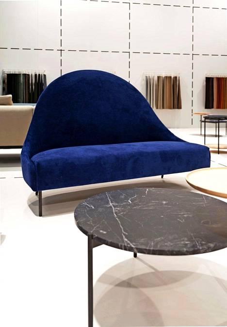 Adean Napoleon-sohva on päällystetty erittäin kestävällä Alcantara-kankaalla, sävy on nimeltään Infanta. Lauritzon's.