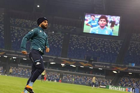 Napolin kasvatti Lorenzo Insigne lämmitteli Diego Maradonan kuvan heijastuessa Sao Paolon stadionilla.