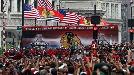 Chicagossa oli ilo ylimmillään 11. kesäkuuta 2010, kun kaupungissa juhlittiin Stanley cupia. Juhlissa oli myös joukkueen videovalmentaja Brad Aldrich, vaikka seuran johtoportaassa tiedettiin tähän kohdistuvista syytöksistä. Kuvituskuva.