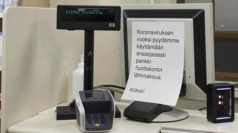 Moni kauppias on pyytänyt asiakkaita käyttämään lähimaksua koronapandemian aikana. Lähimaksun voi tehdä kortilla tai puhelimella.