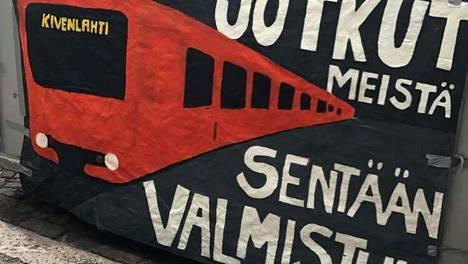 Tällainen banneri ilmestyi kuorma-auton lavan kylkeen Helsingissä.