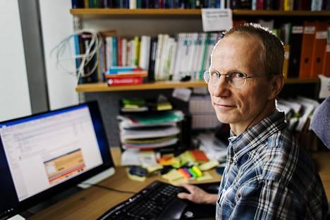 Pekka Nuorti kertoo viruksen leviävän tutkimusten mukaan epätasaisesti.