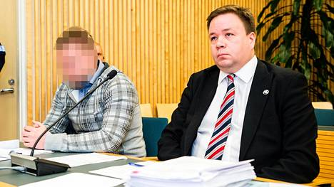 Anni Törnin taposta epäilty mies (vas.) ja hänen asianajajansa Jyrki Piiparinen käräjäoikeudessa perjantaina.