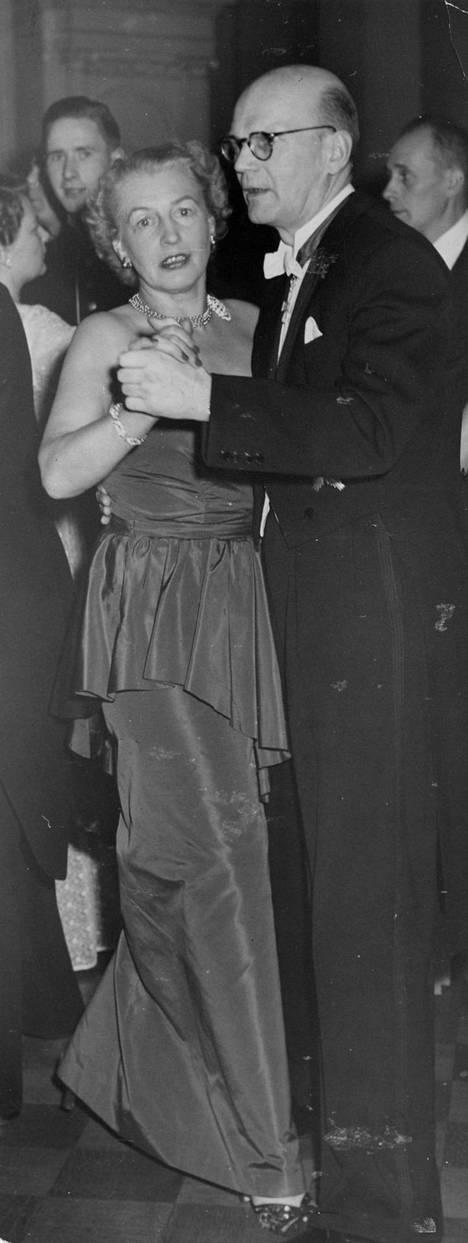 Urho Kekkonen ja hänen naisystävänsä Anne-Marie Snellman. Kekkonen uskoutui toimittaja Snellmanille myös poliittisista asioista.