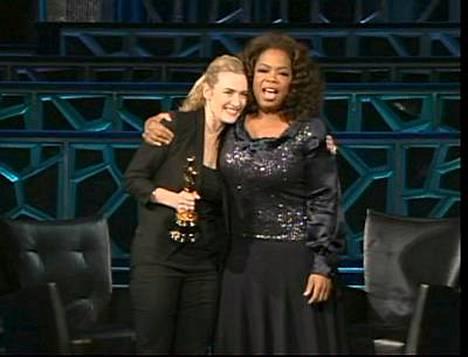 Kate Winslet esitteli Oscar-pystiään Oprah Winfreylle.