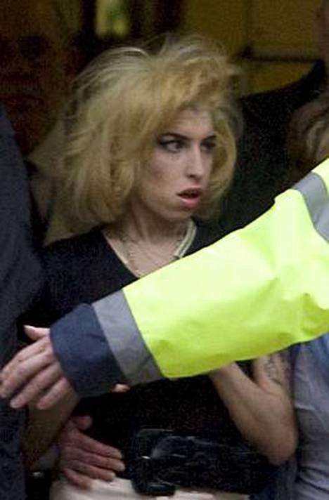 Kohulaulaja Amy Winehouse on kipeästi auttavan käden tarpeessa.