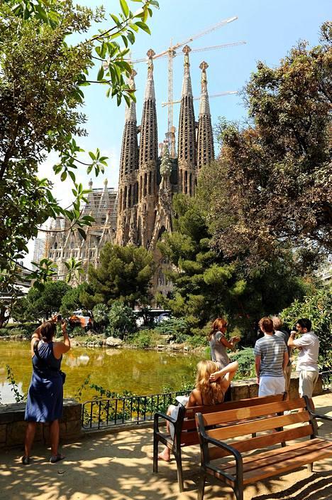 Huippunähtävyyksiin kannattaa ostaa lippu netistä etukäteen. Selviää paljon vähemmällä jonottamisella – ja pääsee varmasti sisälle; Barcelonan Sagrada Famílian kirkkoon, kuten moneen muuhunkin nähtävyyteen, on päiväkiintiö.