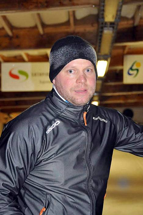 Jyrki Isomäki hiihtää joka talvi noin tuhat kilometriä. Syksyllä hän käy ahkerasti Jämin hiihtoputkessa.