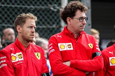 Sebastian Vettelin (vas.) ja Ferrarin tallipäällikön Mattia Binotton tiet eroavat tämän kauden jälkeen.
