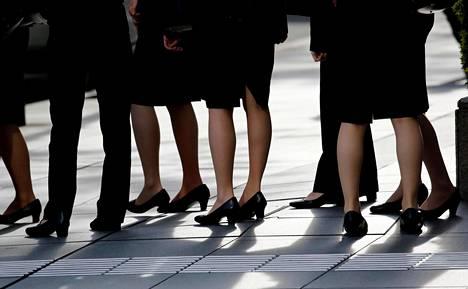 Toimistotyöntekijöitä Tokion bisneskaupunginosassa.