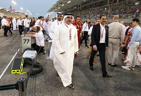 Bahrainin kruununprinssi Salman bin Hamad bin Isa Al Khalifa käveli varikolla ennen sunnuntain F1-kisan alkua.