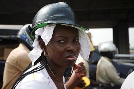 Tällainenkin viritelmä käy kypärästä Nigeriassa.