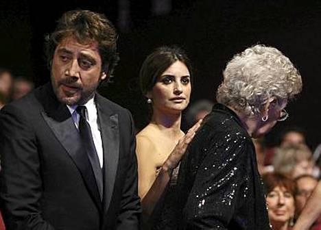 Javier Bardem, kihlattunsa Penelope Cruz sekä Javierin äiti, näyttelijä Pilar Bardem, elokuvajuhlien päätöstilaisuudessa.