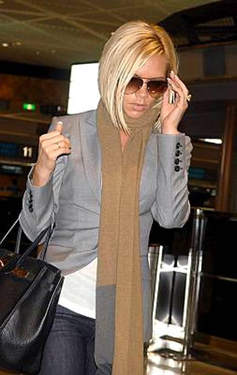 Victoria Beckham kiiruhti Narita-lentokentällä Lontoon-koneeseen.