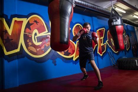 Tatli on palannut pikkuhiljaa lajiharjoittelun pariin. Kuvassa nyrkkeilijä kotisalillaan Ringside Gymillä Helsingissä.