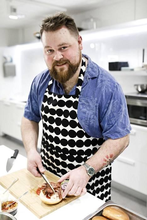 Naughty BRGR -ravintoloiden perustaja Akseli Herlevi tunnetaan Burgerimies-tv-sarjasta.