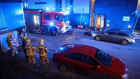 Helsingin kaupungin pelastuslaitos kiirehti Sanitäärinkadulle 10 yksikön voimin.