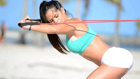 Michelle Lewin treenaa ulkosallakin.