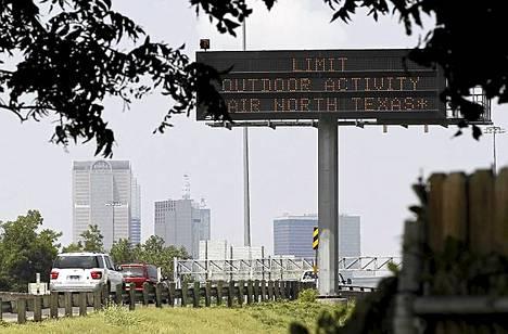 Valotaulu kehoitti ihmisiä välttämään ulkona liikkumista helteen takia Dallasissa Teksasissa.