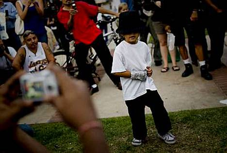 Pieni Jackson-fani tanssii UCLA Medical Centerin edessä.